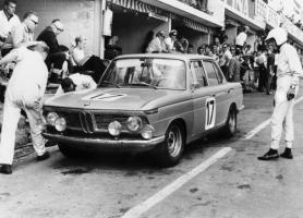 Прикрепленное изображение: 1962-1972-BMW-New-Class-BMW-1800-at-24-hours-race-at-Spa-Francorchamps-1966-pit-stop-610x439.jpg