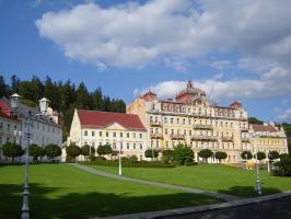 Прикрепленное изображение: 355 - Марианские Лазни. Площадь Гёте с отелем Петербург, домами Гёте и Вагнера.JPG