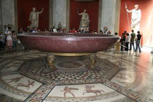 Прикрепленное изображение: IMG_ 030 - Музеи Ватикана. Музей Пия-Климента. Зал ротонда. Порфировая чаша из Золотого дома императора Нерона и мозаика из терм Отриколи.jpg