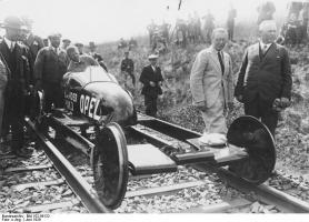Прикрепленное изображение: Bundesarchiv_Bild_102-06122,_Burgwedel,_Raketenwagen_auf_Eisenbahnschienen.jpg