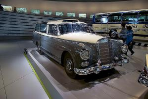 Прикрепленное изображение: Mercedes-Benz_300_1960_Messwagen_RSideFront_NoFlash_MBMuse_9June2013_(14796946589).jpg