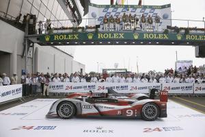 Прикрепленное изображение: Audi-R15-Plus-Le-Mans-2010-Podium.jpg