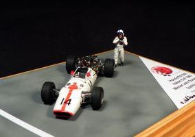 Прикрепленное изображение: Honda RA300 Italian GP 1967 Winner John Surtees_5.jpg