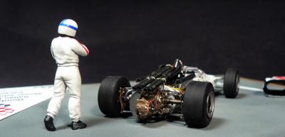 Прикрепленное изображение: Honda RA300 Italian GP 1967 Winner John Surtees_4.jpg