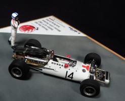 Прикрепленное изображение: Honda RA300 Italian GP 1967 Winner John Surtees_3.jpg