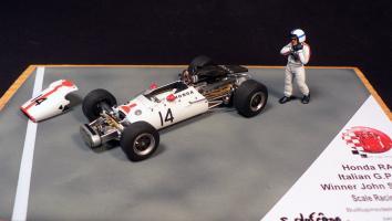 Прикрепленное изображение: Honda RA300 Italian GP 1967 Winner John Surtees_1.jpg
