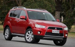 Прикрепленное изображение: 2010_mitsubishi_outlander_road_test_review_01-4b7f6e3f1b2ce.jpg