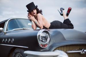 Прикрепленное изображение: девушка в авто.jpg