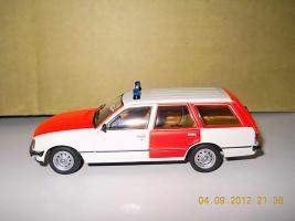 Прикрепленное изображение: Colobox_Opel_Rekord_E_Caravan_Notarzt_Schuco~03.jpg