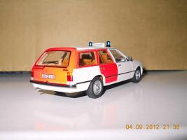 Прикрепленное изображение: Colobox_Opel_Rekord_E_Caravan_Notarzt_Schuco~02.jpg