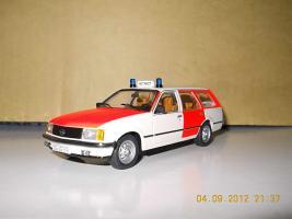 Прикрепленное изображение: Colobox_Opel_Rekord_E_Caravan_Notarzt_Schuco~01.jpg
