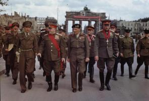 Прикрепленное изображение: Allies_at_the_Brandenburg_Gate,_1945.jpg