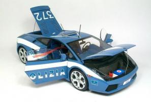 Прикрепленное изображение: autoart-lamborghini-gallardo-polizia-police-bleu-et-blanc-aa74576,697-120426145428-p1.jpg