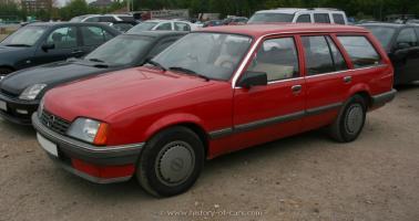 Прикрепленное изображение: 1982-rekord-e2-caravan-4door-station-wagon-012.jpg