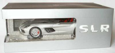 Прикрепленное изображение: 1zu18_Mercedes-Benz_SLR_Z199_Sterling_Moss_silbermet_MB_Minichamps_B66963956_18954_10.JPG