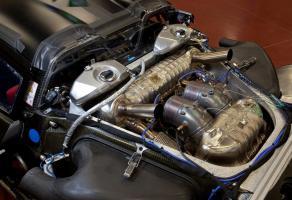 Прикрепленное изображение: Porsche-918-engine_small.jpg