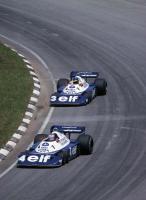 Прикрепленное изображение: 1977_Patrick_Depailler_Ronnie_Peterson_Tyrrell_P34_Cosworth_Interlagos_GP_BRA.jpg