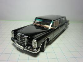 Прикрепленное изображение: Mercedes-Benz 600 LWB (W100) AutoArt 143.JPG
