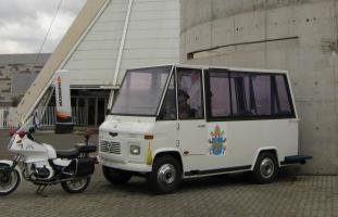 Прикрепленное изображение: Metalpar. Locally custom-built vehicle used by John Paul II during his visit to Chile in 1987.jpg