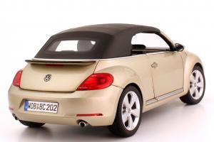 Прикрепленное изображение: 1zu18_VW_Beetle_Cabriolet_2012_silber_Volkswagen_Kyosho_5C3099302P7W_23775_09.JPG