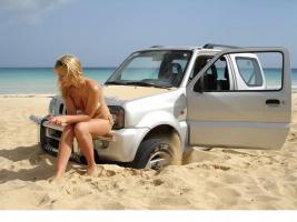 Прикрепленное изображение: beach_girl_car_stuck_034.jpg