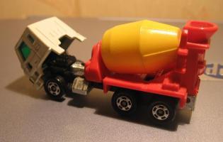 Прикрепленное изображение: Nissan_Diesel_Truck_Tomica__2_.JPG