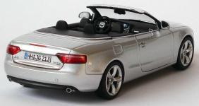 Прикрепленное изображение: 1zu43_Audi_A5_Cabriolet_3_0_TDI_quattro_eissilbermet_Audi_Schuco_5010805323_18026_06.JPG