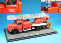 Прикрепленное изображение: Mercedes_Benz_L_6600_fire_brigade_ladder_truck_with_3_firemen.jpg
