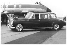 Прикрепленное изображение: Mercedes_300_Adenauer_mit_Hochdach_als_Staatslimousine._An_Bord_der_K__nig_von_Nepal.jpg