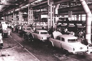 Прикрепленное изображение: Studebaker_1951_assembly_line.jpg