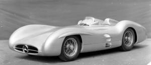 Прикрепленное изображение: Mercedes_Benz_Formel_1_Rennwagen_W_196_R_mit_Stromlinienkarosserie__1954.jpg