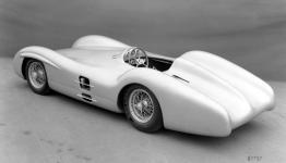 Прикрепленное изображение: Mercedes_Benz_Formel_1_Rennwagen_W_196_R_mit_Stromlinienkarosserie_1954.jpg