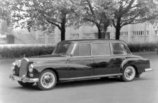 Прикрепленное изображение: Mercedes_Benz_Typ_300_d_Pullman_Limousine_mit_erh__246_htem_Dachaufsatz__Sonderausf__252_hrung__1960.jpg