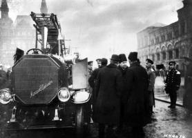 Прикрепленное изображение: Mercedes_Daimler_Feuerspritze_bei_der_Parade_von_Feuerwehr_Automobilen_auf_dem_Roten_Platz_in_Moskau__1914.jpg